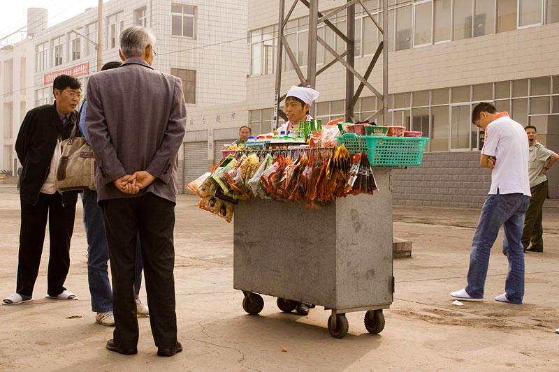 Sprzedawca na peronie w Chinach