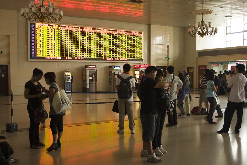 Tablica informacyjna na dworcu w Pekinie
