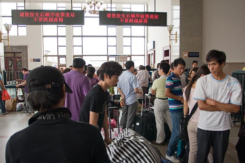 Kolejka przed bramkami na peron, Pekin, Chiny