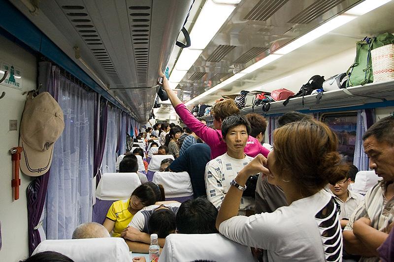 """Przedział """"hard seat"""" w chińskim pociągu, Chiny"""