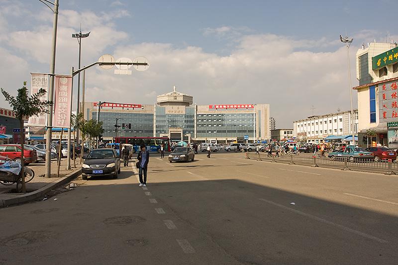 Dworzec kolejowy a po lewej autobusowy, Hohhot, Chiny