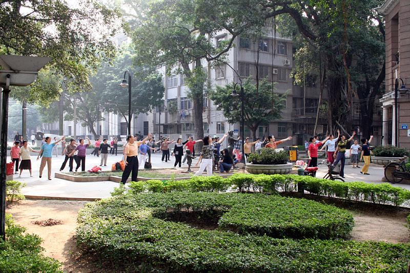 Chińczycy ćwiczący w parku, Guangzhou, Chiny