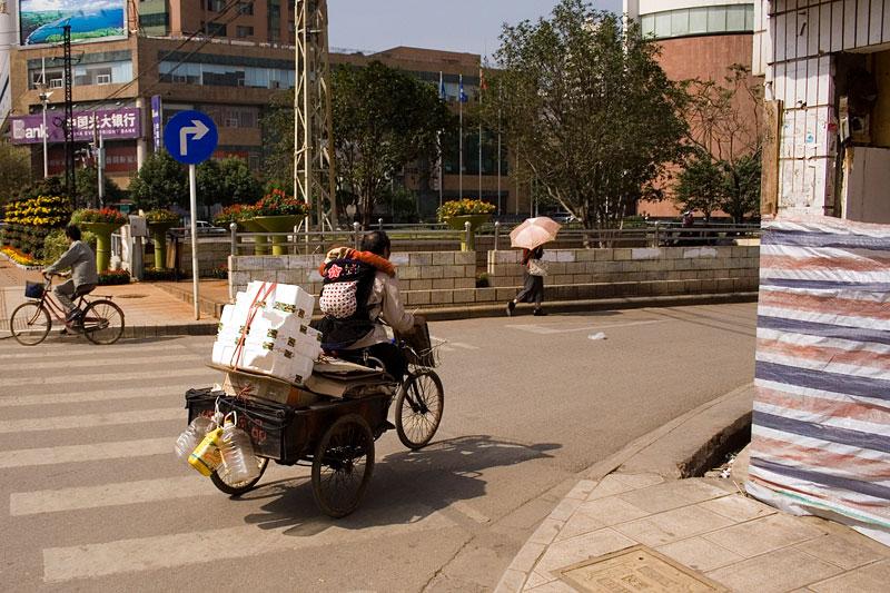 Dziecko na plecach, Kunming, Chiny