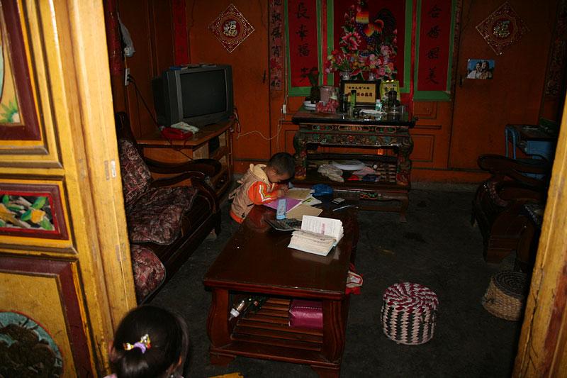 Chińskie dziecko odrabiające lekcje, Dali, Chiny