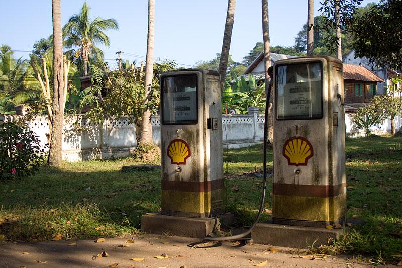 Zamiast ogrodowych krasnali przy pałacuy królewskim, Laos