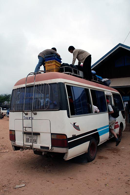 plecaki na dachu autobusu