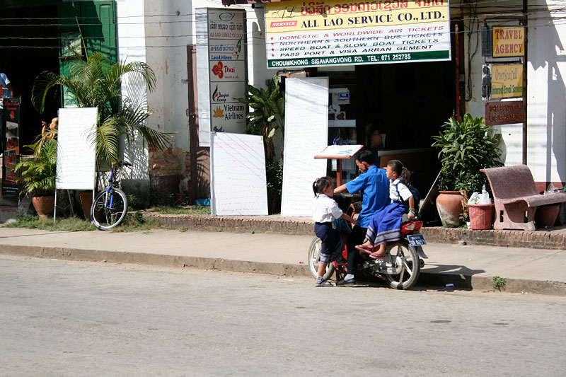 Dzieci wracają ze szkoły, Luang Prabang, Laos