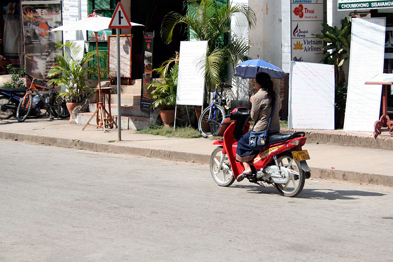 Pani na skuterze, Luang Prabang, Laos