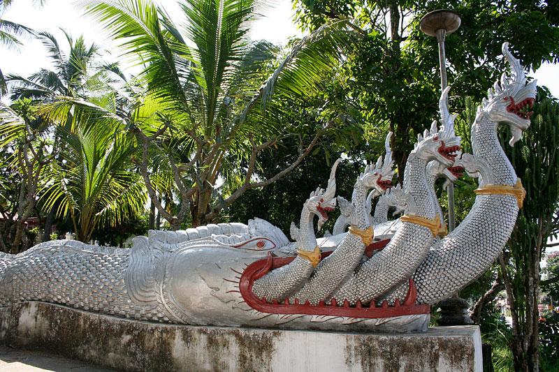 Nagi przed Wat Ho Xiang, Luang Prabang, Laos