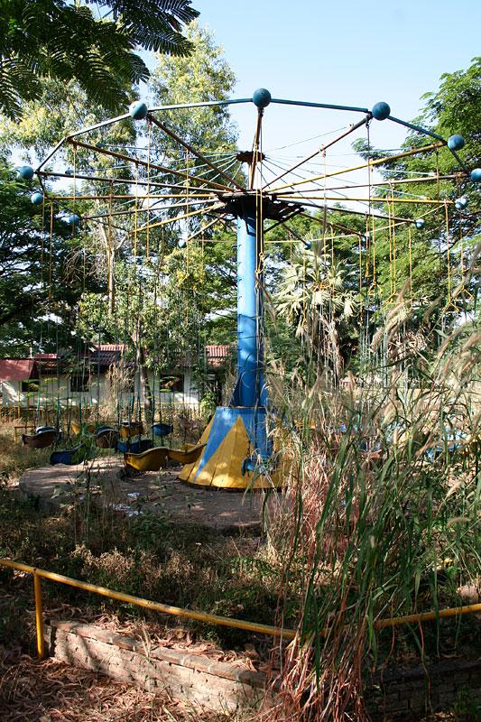 Nieczynna karuzela, Vientiane, Laos