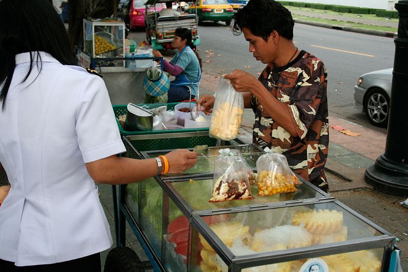 Uliczny sprzedawca owoców, Bangkok, Tajlandia 2006